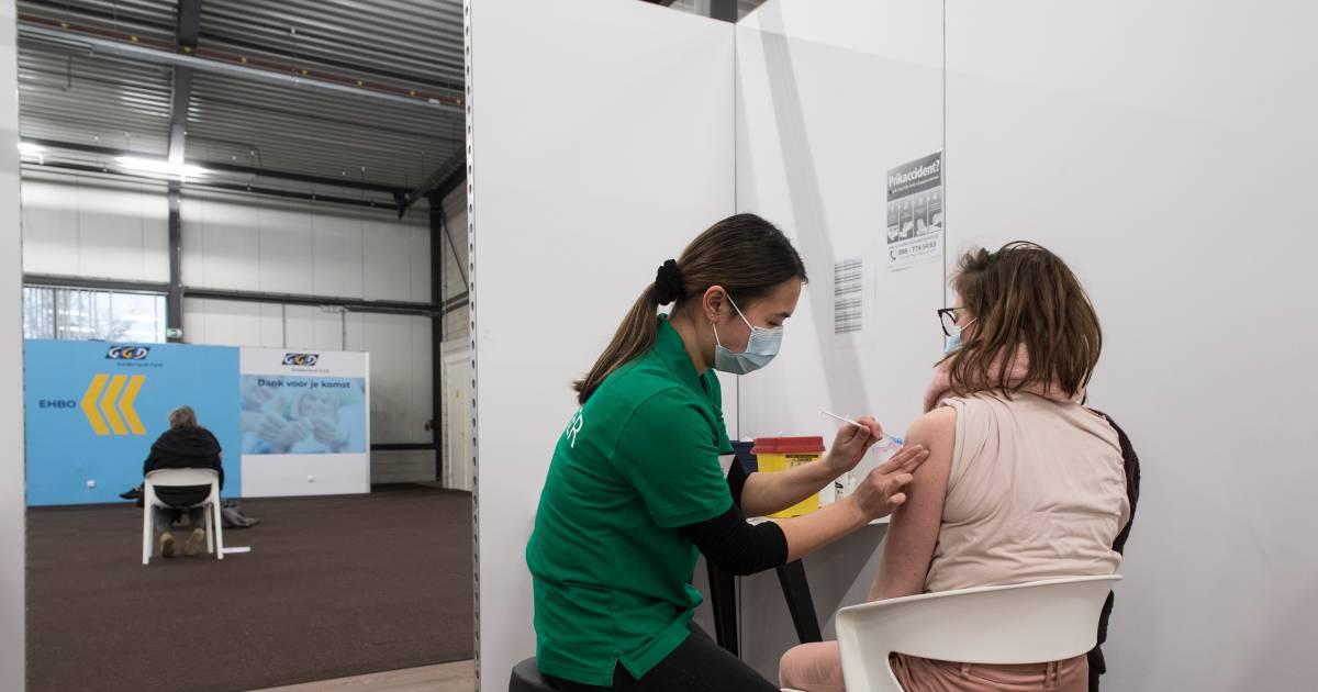 Opvallend veel meldingen van bijwerkingen coronavaccins, vooral door vrouwen - De Gelderlander