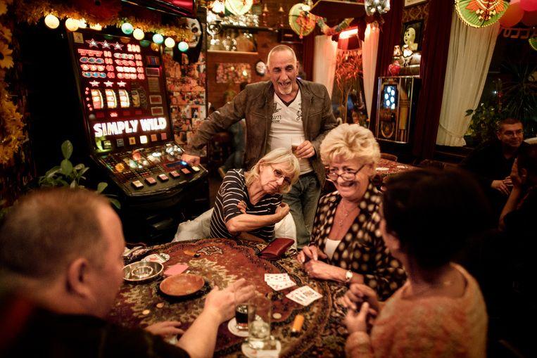 Gezelligheid in café Ruk & Pluk op de Linnaeusstraat, tijdens het 25-jarig bestaan in 2013. Beeld Rink Hof