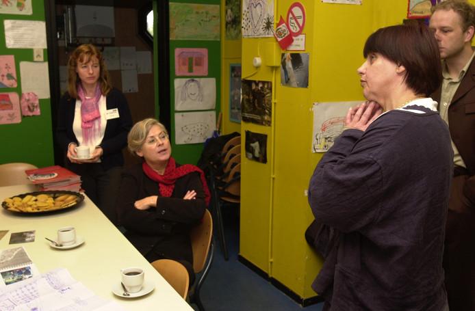 Toenmalig minister voor Ontwikkelingssamenwerking Eveline Herfkens (PvdA) op bezoek bij De Speelwinkel in 2002. Rechts Sarie Donk.