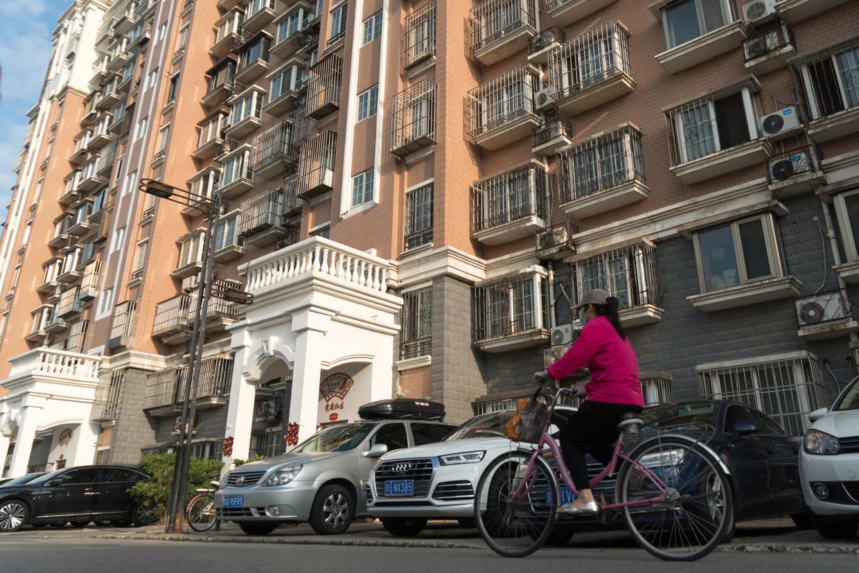 Het appartementencomplex aan het Qingcheng Park, waar op de tweede verdieping op nr. 14-3-202 een zogeheten xiongzhai is: een huis dat ongeluk brengt. Het heeft de waarde van de hele buurt negatief beïnvloed. Beeld Ruben Lundgren