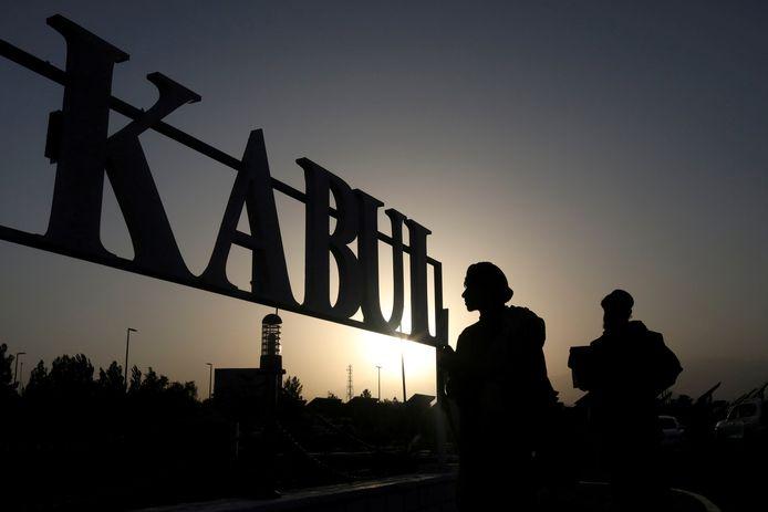Talibanstrijders bij het vliegveld van Kaboel.