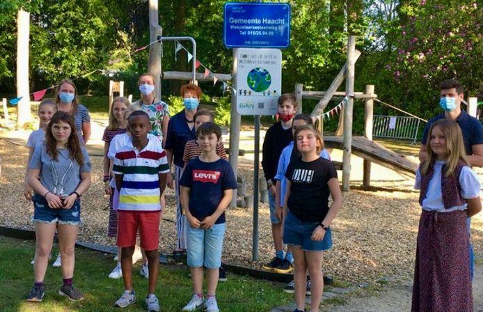 Schepen Tom Van der Auwera (Open Vld) met de leden van de kindergemeenteraad in de rookvrije speeltuin.