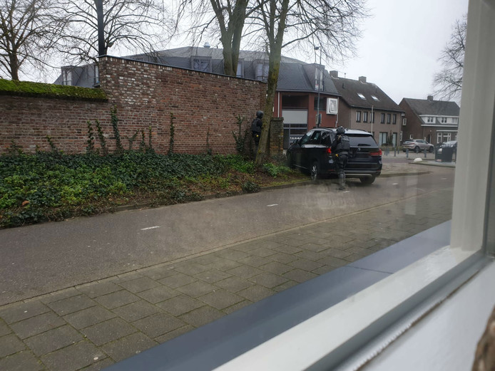 Arrestatieteam probeert veroordeelde Joey D. aan te houden in Schoolstraat Rosmalen, mogelijk schoot hij vanaf het balkon.