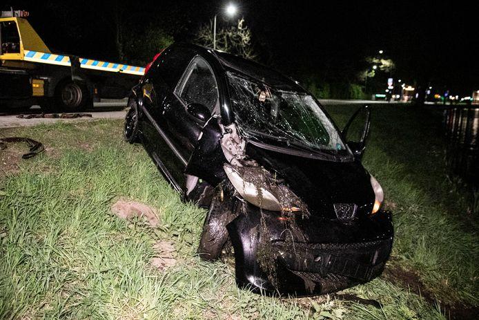 De zwaar beschadigde vluchtauto van de 20-jarige verdachte wordt uit het water gehaald in Velp. Archieffoto ter illustratie.
