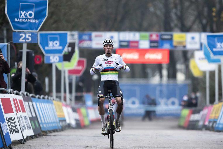 Mathieu van der Poel komt over de finish tijdens de Scheldecross in Antwerpen. Beeld ANP