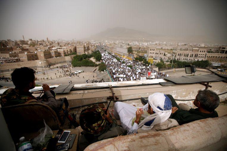 Houthi-strijders waken afgelopen vrijdag in Sanaa over de veiligheid van een betoging ter viering van het motto 'Dood aan Amerika en Israël'. Beeld Reuters