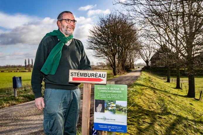 Wim Westhoff bij de oprijlijn van zijn woning in Marle.