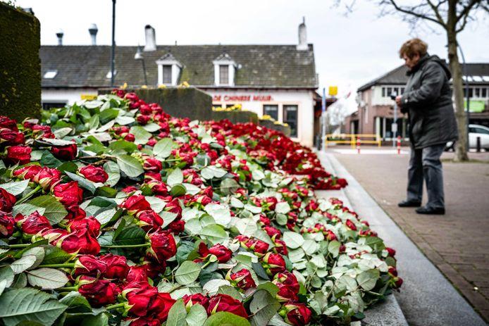 Een zee van rode rozen bij de Sint-Servatiuskerk in Erp.