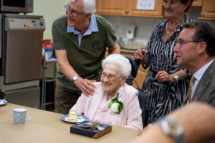 Dinie Postma is 100 jaar en viert dat met familie en burgemeester Jan Pierik