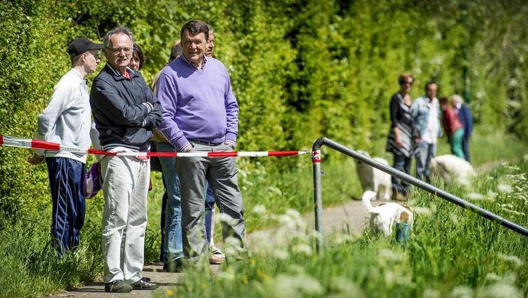 Voorbijgangers worden bij een toegangsweg naar het Bunderbos door een afzetting tegengehouden tijdens de zoekactie van de politie naar Julian en Ruben. Beeld anp