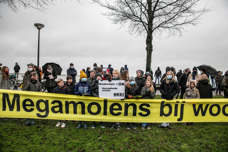 Inwoners van de Amsterdamse wijk IJburg demonstreren tegen de windmolenplannen van de gemeente. Beeld Amaury Miller