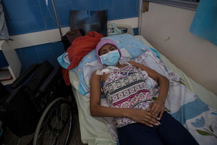 Carmen Pérez (21) lijdt aan longkanker, maar medicijnen zijn er in het openbare ziekenhuis van Caracas niet te vinden. Beeld AP/Rodrigo Abd