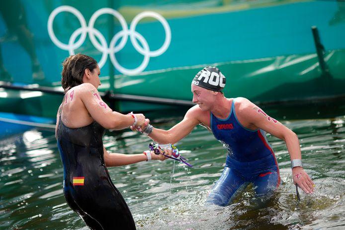 Geef je hand! De Spaanse Paula Ruiz Bravo helpt de Russische Anastasiia Kirpichnikova uit het water na de tien kilometer openwaterzwemmen.