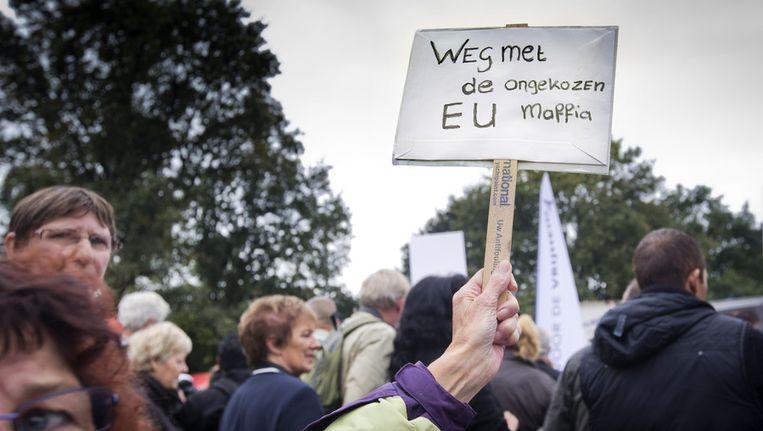 Aanhangers van de PVV demonstreren op de Koekamp in Den Haag tegen de bezuinigingen van het kabinet Rutte II. PVV-leider Geert Wilders heeft opgeroepen tot de demonstratie onder het motto 'Genoeg is genoeg' Beeld anp