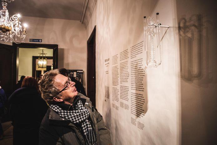 Het parfumflesje hangt omhoog in het Design Museum.