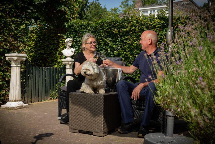 Manon en Phivos Christodoulides in hun achtertuin in Wijchen aan de Cypriotische wijn.