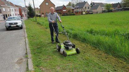 Buurman maakt voetweg zelf vrij
