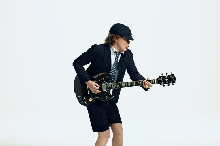 Angus Young (65) van AC/DC. Na het overlijden van zijn oudere broer Malcolm is hij nu de bandleider. Beeld rv