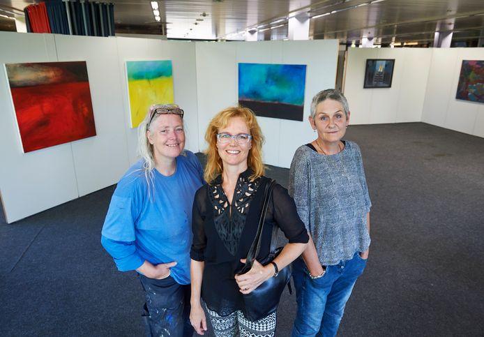 Genoveef Lukassen, Jacqueline van Lieshout en Dorris Duurland (vlnr) in InC, startpunt van de Atelier-Kunstroute.