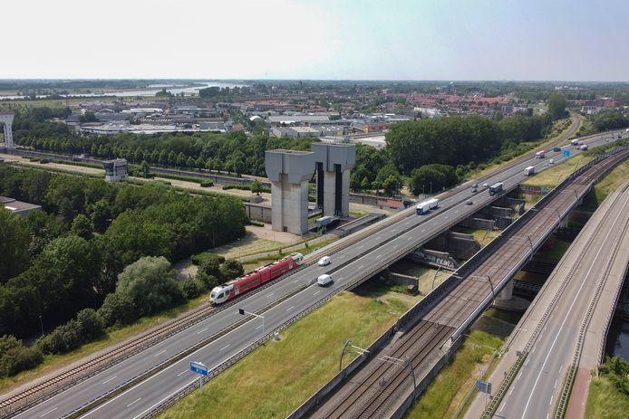 Nabij Tiel lopen Betuweroute en A15 pal naast elkaar. Overkappen met zonnepanelen?