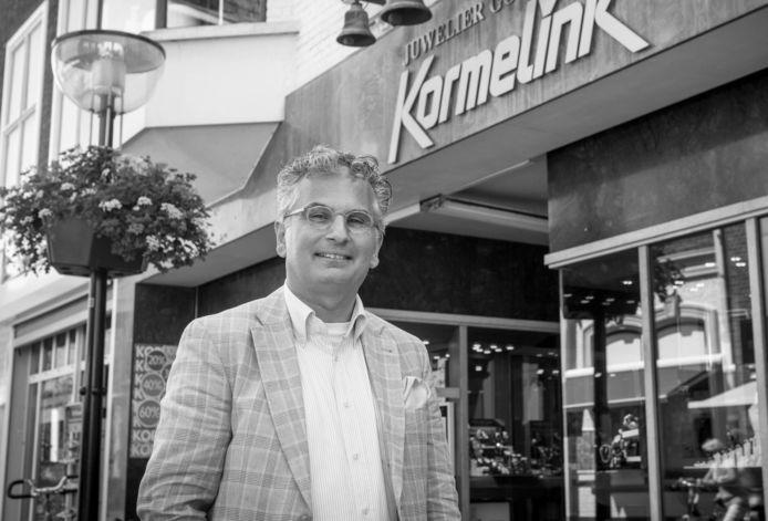 Chris Nordbeck voor zijn toenmalige zaak in het centrum van Oldenzaal.