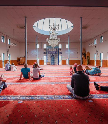 Schoenen gaan met liefde uit voor uniek kijkje in Apeldoornse moskee: 'Normaal kom je hier helemaal niet binnen'