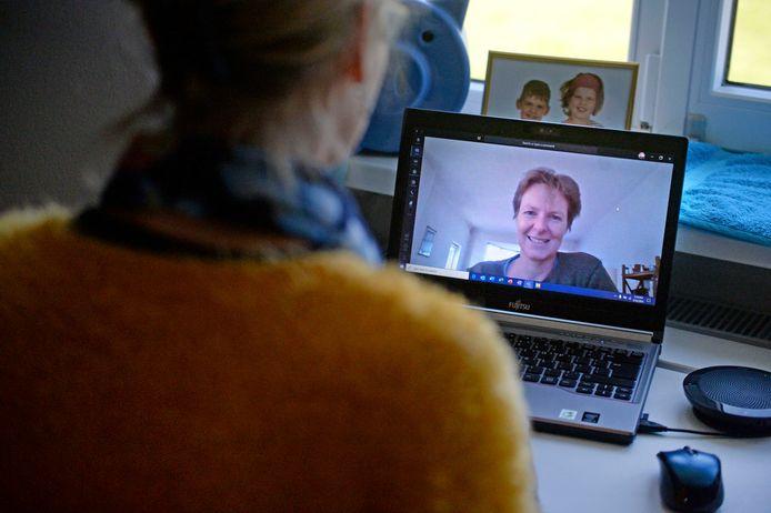Jody (12) heeft asperger. Haar schooldag ziet er nog net zo uit als voor het coronavirus. Op het scherm haar mentor Alice van Keulen.