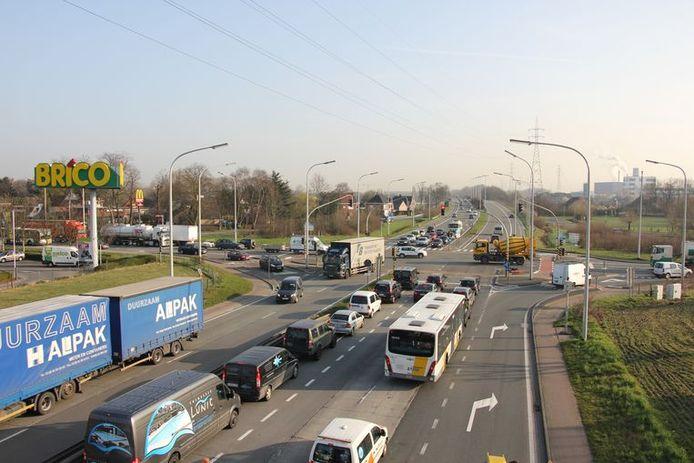Evergem: Het drukke kruispunt Brico, aan de Zeeschipstraat.