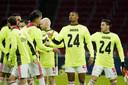 De selectie van Ajax droeg in de warming-up tegen PSV het shirt van Onana als steunbetuiging.