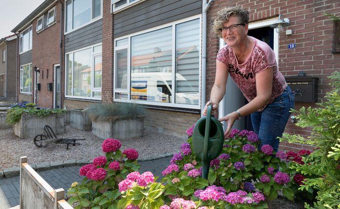 Conny  van der Leij houdt haar hart vast als er weer een huis bij haar in de straat e koop komt.