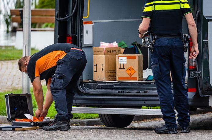 Ook in het haventje van Maasdam werd illegaal vuurwerk in beslag genomen.
