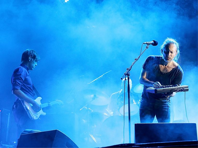 Het feit dat ik plots frontman was, was nog veel onwenniger dan ik had gevreesd.' (Foto: optreden met Thom Yorke en Radiohead.) Beeld