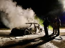 Autobrand bij crossterrein in Stevensbeek: BMW volledig verwoest