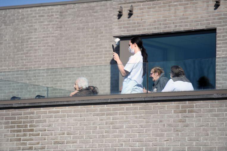 Jonas geeft balkonconcert voor rusthuisbewoners Sint-Margaretha in Holsbeek.