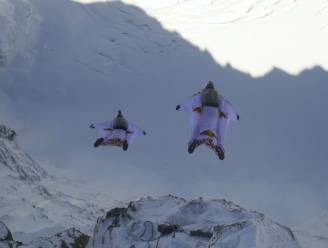 Wow: Frans duo springt met wingsuit van berg in Alpen en landt in vliegtuigje