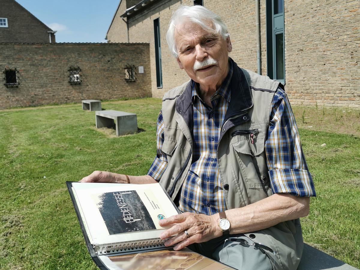 Nico Peterse met op zijn schoot een map vol informatie over Hedenesse.