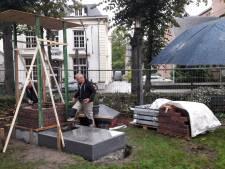 Hèhè, er wordt gemetseld aan de dorpspomp van Oisterwijk