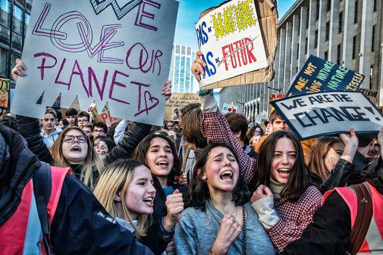 Zowat 11.000 scholieren, studenten en grootouders zijn voor de zesde week op rij door de straten van Brussel getrokken om meer aandacht te eisen voor het klimaat. Beeld Tim Dirven