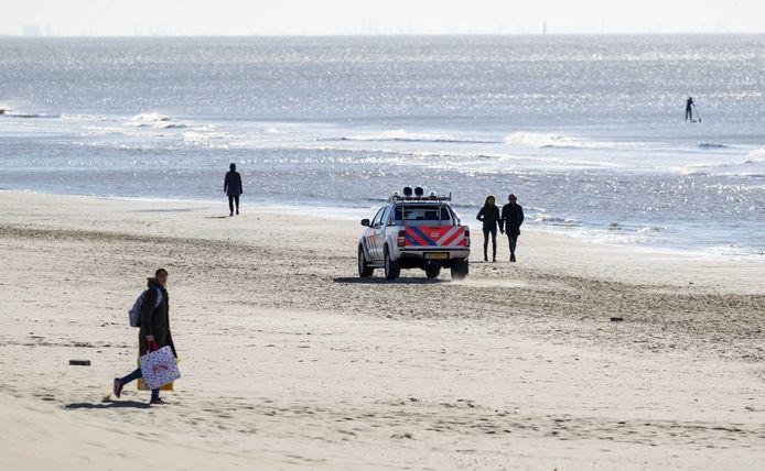 Door afsluitingen van de toegangswegen naar Noordwijk aan Zee is het rustig op de boulevard en het strand. Door het zonnige weer trekken veel mensen erop uit ondanks de coronacrisis.
