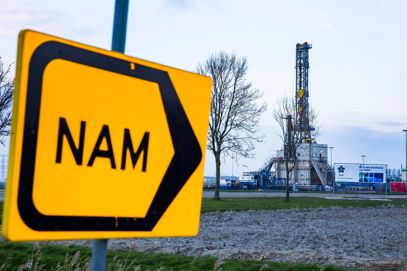 Een boortoren van de NAM op een productielocatie voor aardgas nabij het dorp 't Zandt.