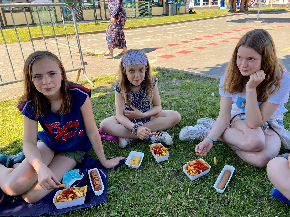 De ouderraad trakteerde de leerlingen op een frietje tijdens de middag
