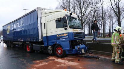 Twee vrachtwagens botsen op E34