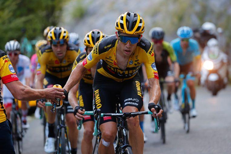 Een vertrouwd beeld in de Tour de France 2020: Wout van Aert geeft het tempo aan in de favorietengroep.