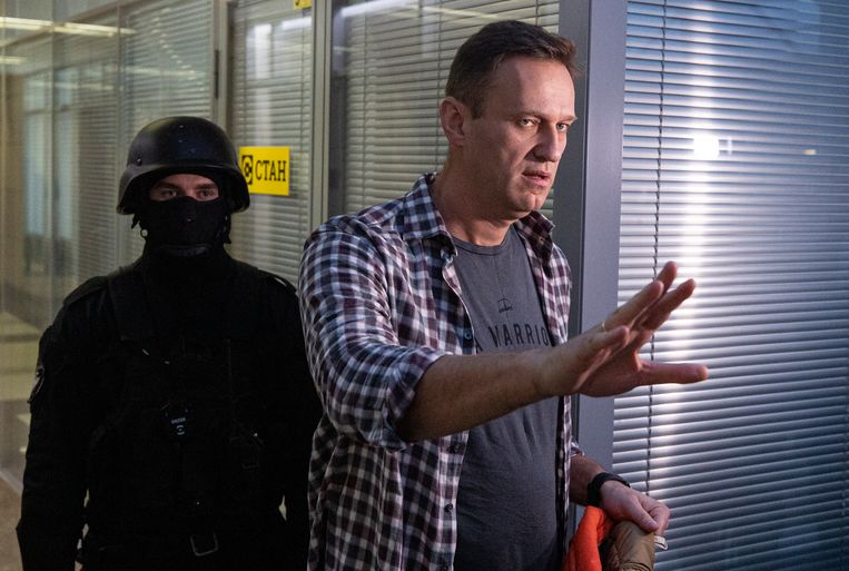 De Russische oppositieleider Aleksej Navalny donderdag bij een inval van de politie in het kantoor van zijn anticorruptieorganisatie FBK.  Beeld EPA