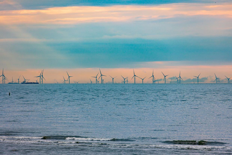 Vanaf Oosterschelde in Zeeland is dit windmolenpark op de Noordzee te zien.  Beeld Getty Images