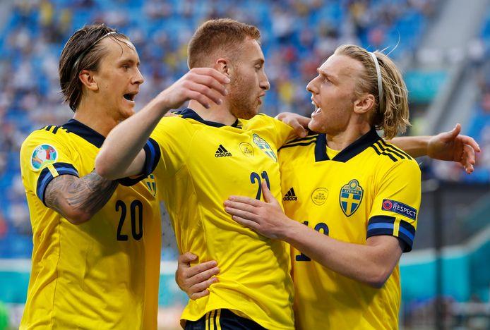 Emil Forsberg (r) kroonde zich tot Zweeds matchwinnaar met twee knappe goals. De ingevallen Kulusevski (centraal) was goed voor twee assists.