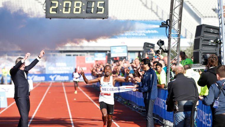 Abdi Nageeye een jaar geleden bij de finish van de Amsterdam Marathon. Beeld anp