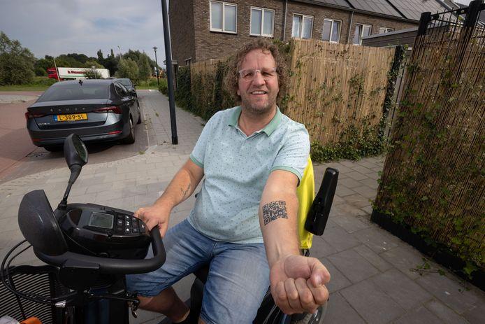 Jeroen van der Vegt lijdt aan MS. De Kampenaar zamelt geld in voor een behandeling in Rusland, onder meer door een QR-code op zijn arm te tatoeëren.