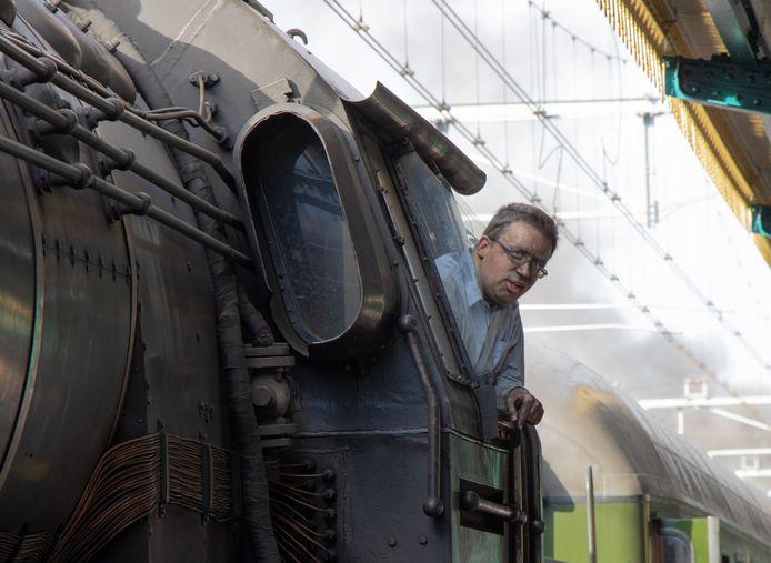 De machinist van de stoomtrein van 25 september 2021 zat behoorlijk onder het roet. Net als zijn stoomloc een historisch beeld.