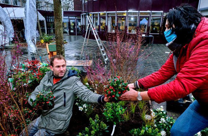 Tuinman Tom Groot van 'Eigen Huis & Tuin' aan het werk in de binnentuin van verpleeghuis De Sterrenlanden in Dordrecht.